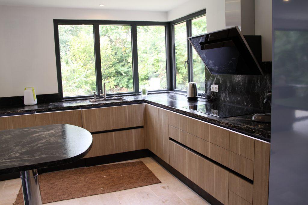 Etude et réalisation cuisine avec Meuble effet bois , plan de granit veiné, ensemble électroménager
