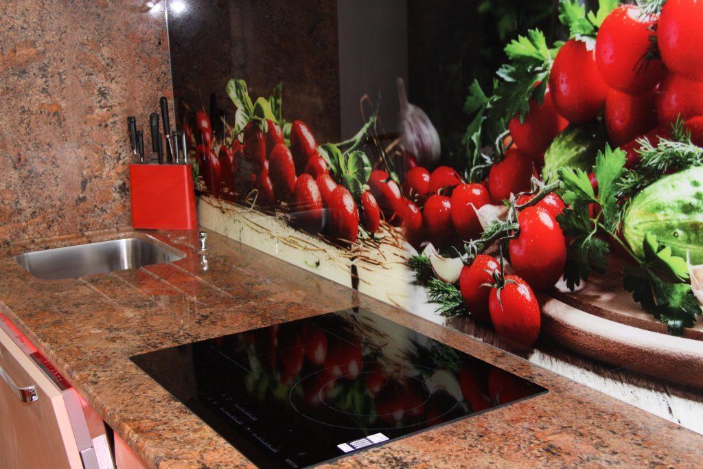 Ensemble zone travail cuisine , plan granit bordeaux , plaque induction et crédence illustrée
