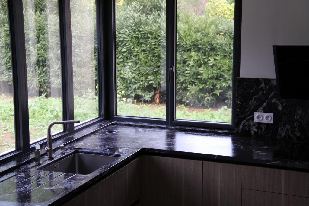 Pose du granit sur meuble et bord de fenêtre