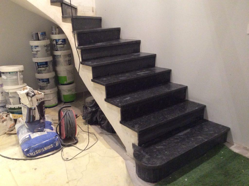 Revêtement escalier granit gris